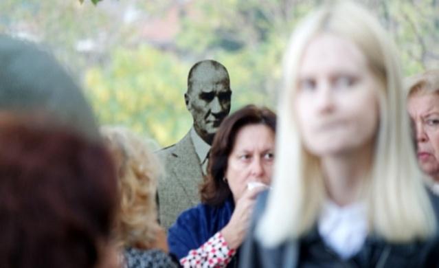 """Bursa'da 10 Kasım Atatürk'ü Anma Günü etkinlikleri kapsamında düzenlenen """"Atatürk Şıklığı"""" sergisi, Hünkar Köşkü'nde izlenime açıldı."""