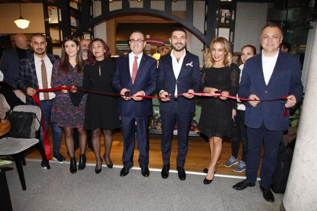 Siesta Korupark kapılarını açtı  Bursa'da sınırsız kahve çeşitleri ve Akdeniz mutfağından seçkin lezzetleri ile tanınan Siesta, yeni bir halka ile büyümeye devam ediyor. Ziyaretçilerini ağırlamaya başlayan Siesta Korupark'ın resmi açılışı, 17 Kasım Cumartesi günü yoğun bir katılımla gerçekleşti.