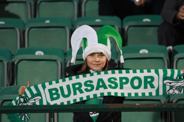 Spor Toto Süper Lig'in 10.haftasında Fenerbahçe'yi konuk eden Bursaspor'da yeşil beyaz sevdalıları tribünlerin neredeyse tamamını doldurarak görsel bir şova imza attı.