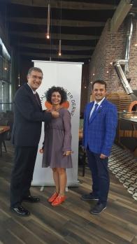 Zett Restoran adına da Zekiye Nejan Demiral'ın rozetini CHP Bursa Milletvekili Ceyhun İrgil taktı.