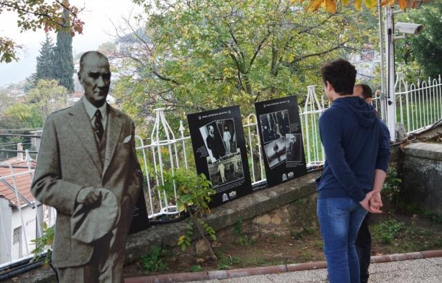 Büyükşehir Belediyesi Müzeler Koordinatörü Yaşar Elmas, köşkün bahçesindeki serginin açılış töreninde yaptığı konuşmada, Atatürk'ün, bir lider olarak yaşamının her aşamasında örnek olduğunu söyledi.