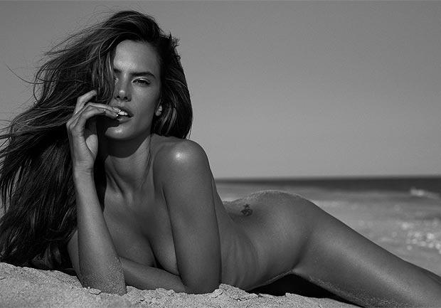 Brezilyalı süper model Alessandra Ambrosio emekli olduktan sonra da yoluna yorulmadan devam ediyor. Ambrosio da artık birçok meslektaşı gibi bir bikini markası sahibi...