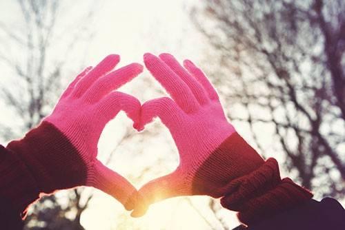 1.  Ağız ve burnunuzu atkıyla kapatın Soğuk havada en çok yapılan hatalardan biri, soğuğa karşı kat kat elbise giyerken, ağız ve burnun korunmasız bırakılması oluyor. Özellikle sıfır derecenin altındaki havanın uzun süre solunması havayollarında daralma ve vücut ısısında farkına varılmayan düşmeye yol açarak nefes darlığı ile ritim bozukluklarını tetikleyebiliyor. Bu nedenle soğuk havada uzun süre yürümeniz gerekiyorsa soluyacağınız havayı ısıtması ve vücudunuzu soğuktan koruması için ağız ile burnunuzu kapatacak bir atkı veya maske kullanın.