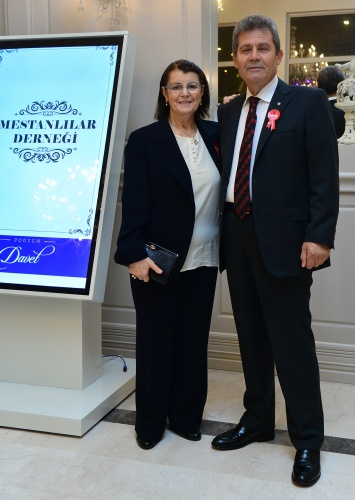Mestanlılardan çifte bayram!   Bursa'nın en aktif ve dayanışmanın en güzel örneğini sergileyen Mestanlı ve Yöresi Derneği'nin 12.Geleneksel Dostluk Yemeği ve Cumhuriyet Bayramı kutlaması çifte bayram yaşattı.