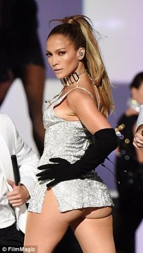 Fashion Rocks gecesinde sahneye çıkan ünlü şarkıcı Jennifer Lopez yaptığı seksi şov ile yürek hoplattı.