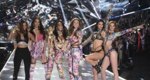 Victoria's Secret melekleri podyumda!