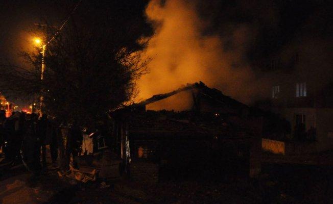 Bursa'da yangın! 3 ev küle döndü!