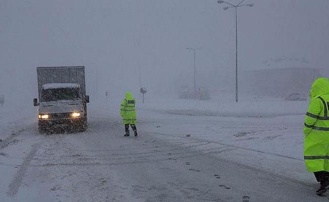 Bursa-İzmir yolu kar ve tipiden kapandı!
