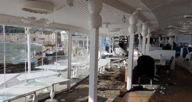 Dev dalgalar bir restoranı yerle bir etti!