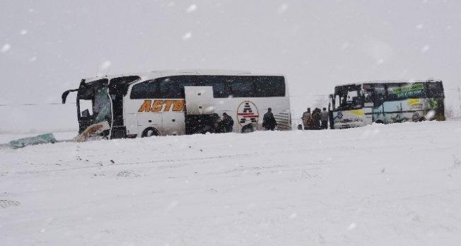 Kardan dolayı yolda kalanlara yardım eli