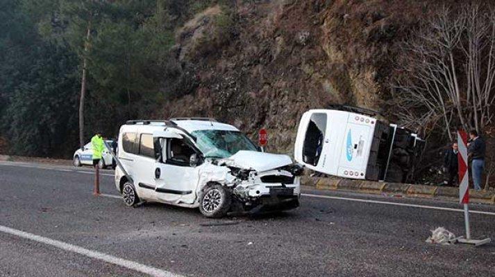 Otel servisi ile ticari araç çarpıştı: 16 yaralı