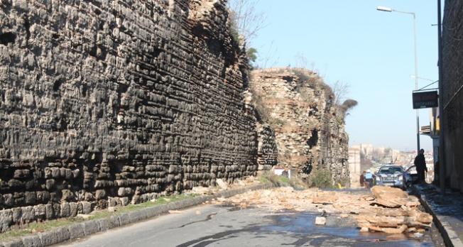 Topkapı'da tarihi surlar çöktü!