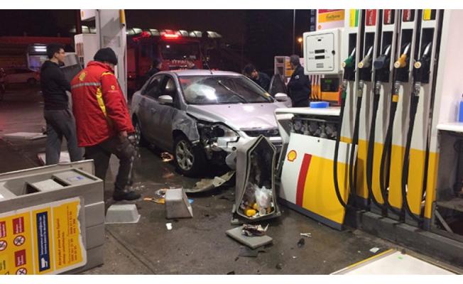 Bursa'da feci kaza! Akaryakıt istasyonuna daldı
