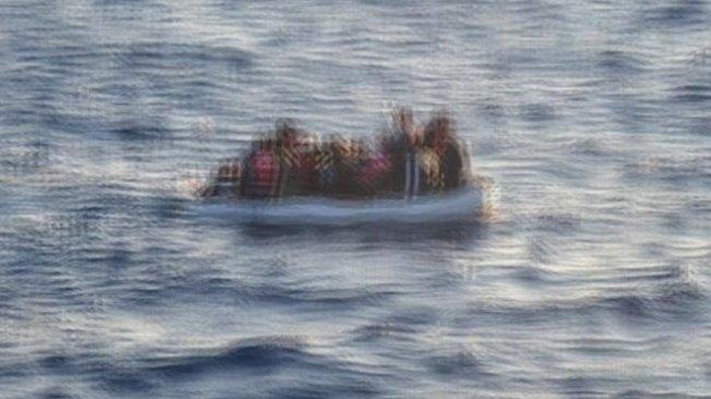 Göçmenleri taşıyan bot battı! Cesetler kıyıya vurdu