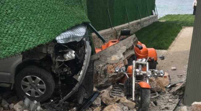 Bursaspor yöneticisinin evine minibüs daldı