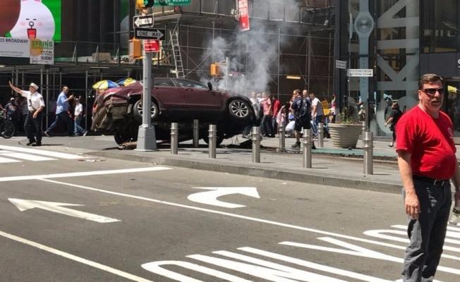 New York'ta bir araç yayaların arasına girdi! Yaralılar var!