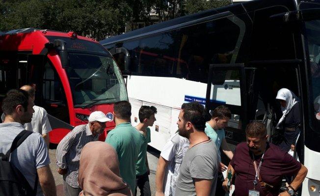 Bursa'da otobüsle tramvay çarpıştı! Trafik kilitlendi