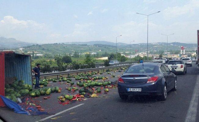 Bursa'da kamyon yan yattı, karpuzlar yola saçıldı