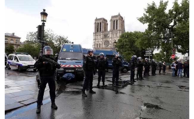 Paris'in göbeğinde silah sesleri!