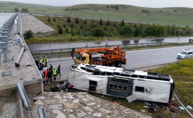 Yolcu otobüsü köprüden uçtu! 48 yaralı!