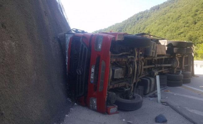 Bursa'da eşya yüklü kamyon devrildi!