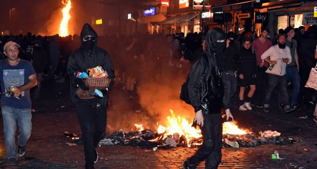 Protestocu gençler caddeleri savaş alanına döndürdü
