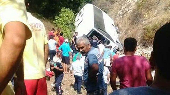 Tur otobüsü şarampole yuvarlandı! Ölü ve yaralılar var
