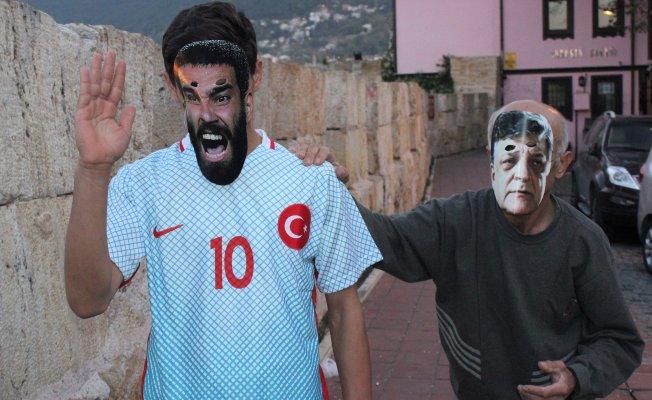 Bursalı tiyatrocu  Arda Turan'ı sopayla kovaladı