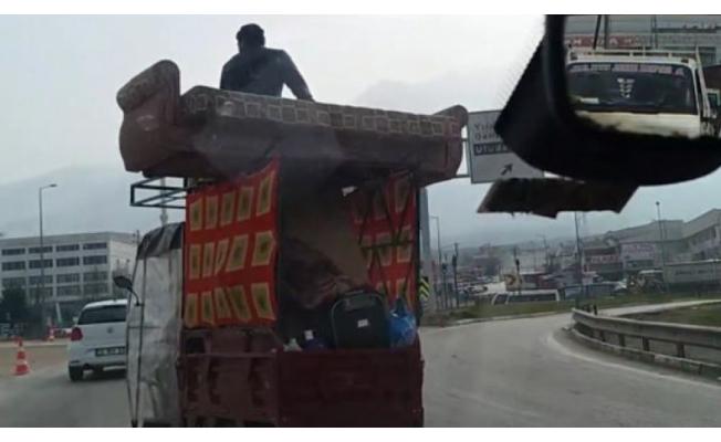 Bursa'da evini 3 tekerli araçta taşıdı