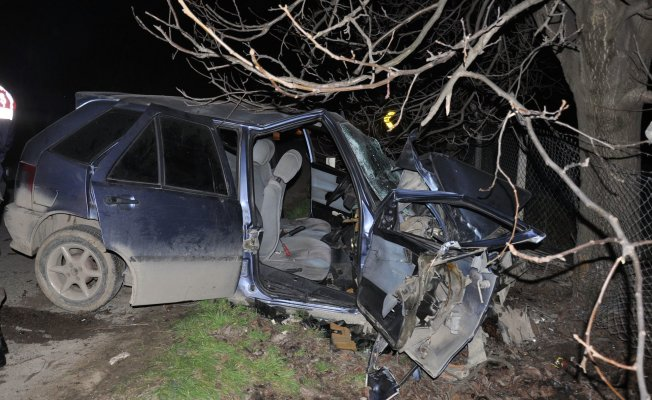 Bursa'da feci kaza! Kontrolden çıkan araç ağaca çarptı