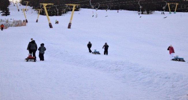 Uludağ'da kayabilmek için akşam olmasını bekliyorlar!