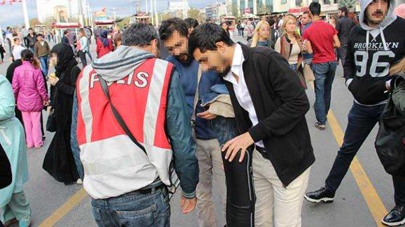 İstiklal Caddesi'nde çanta ve valizler didik didik arandı