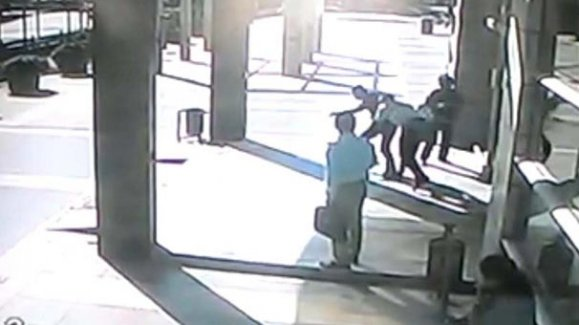 Kaçmaya çalışan emniyet müdürünü polis üzerine atlayıp yakaladı