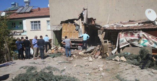Kamyon eve daldı: 1 ölü, 6 yaralı