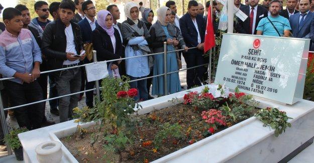 Şanlıurfalı gençler  Ömer Halisdemir'in mezarını ziyaret etti