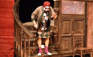 Erkan Can, tiyatroyu kapamadı!