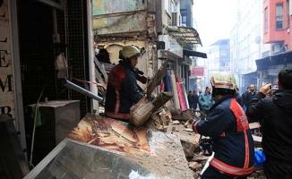 3 katlı metruk bina çöktü