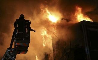 Ahşap bina alev alev yandı!