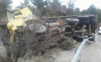 Kontrolden çıkan kamyonet devrildi