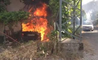 Facianın eşiğinden dönüldü! Park halindeki araç alev alev yandı
