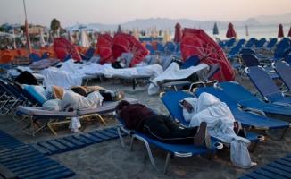 Turistleri şezlonglarda uyumaya zorluyorlar