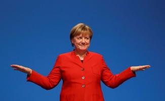 Merkel Türkçe afiş bastırdı, Türk kökenli seçmenden oy istedi!
