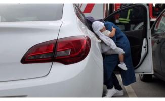Otomobilde kilitli kalan bebeği itfaiye kurtardı!