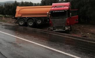 Bursa'da kaygan yol kaza getirdi! Virajı alamayan TIR...