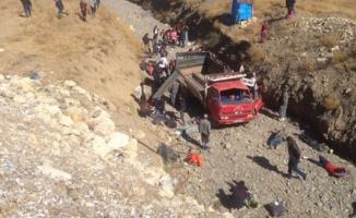 Kaçakları taşıyan kamyonet devrildi! Yaralılar var...