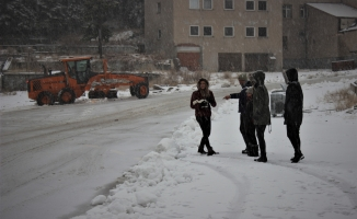 Uludağ'da vatandaşların kar topu keyfi