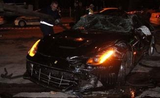 Ünlü futbolcunun da içinde bulunduğu lüks araç kaza yaptı!