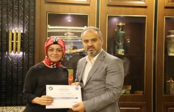 Ahududu yetiştiricileri sertifikalarını Büyükşehir Belediye Başkanı Alinur Aktaş'ın elinden aldı