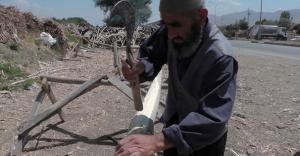 81 yaşında, kavak ağacı soyup evini geçindiriyor