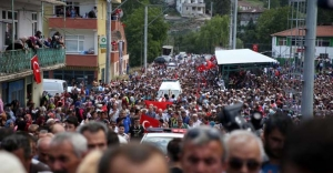 Şehit astsubayı 15 bin kişi uğurladı